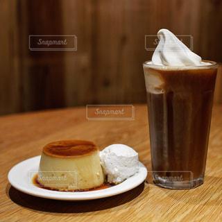 テーブルの上のコーヒー カップの写真・画像素材[1249737]