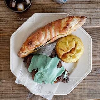 木製テーブルの上に座って食品のプレートの写真・画像素材[1249738]