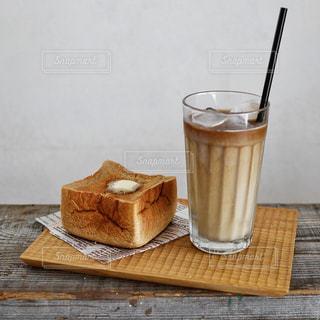 木製のテーブルの上に座ってコーヒー カップの写真・画像素材[1249739]