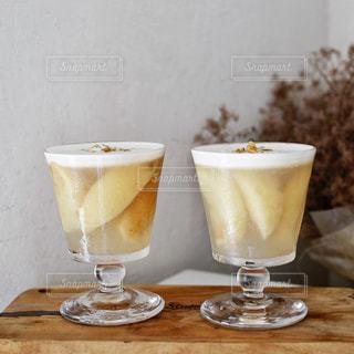 コーヒーとテーブルの上のガラスのカップの写真・画像素材[1453122]