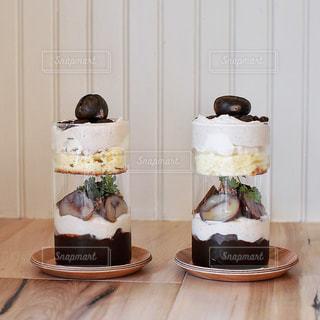 テーブルの上の花の花瓶の写真・画像素材[1453124]