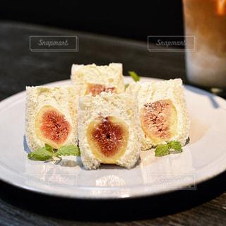 テーブルの上に食べ物のプレートの写真・画像素材[1453125]