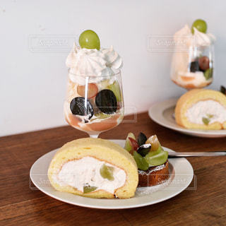 テーブルの上に食べ物のプレートの写真・画像素材[1453127]