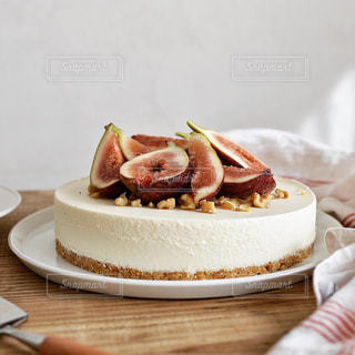 テーブルの上に食べ物のプレートの写真・画像素材[1453129]