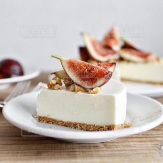 皿の上のケーキの一部の写真・画像素材[1453131]