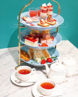 テーブルの上に食べ物のプレートの写真・画像素材[1875214]