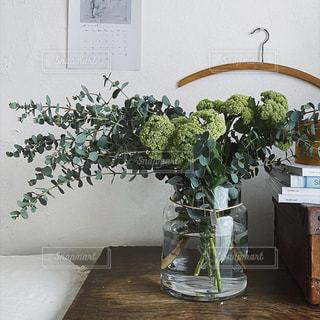 テーブルの上に家具と花瓶で満たされた部屋の写真・画像素材[3195501]