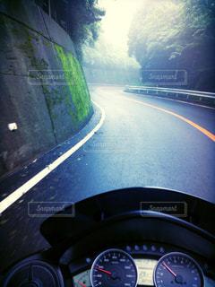 霧の中の道の写真・画像素材[1080529]