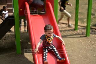 公園 子供 幼児 滑り台の写真・画像素材[353706]