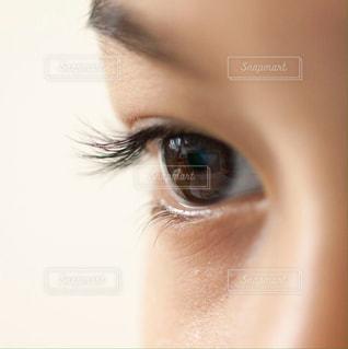 子ども,1人,少年,男の子,目,瞳,見つめる,視線,まつ毛