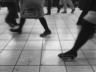ホームを歩く足たちの写真・画像素材[897168]