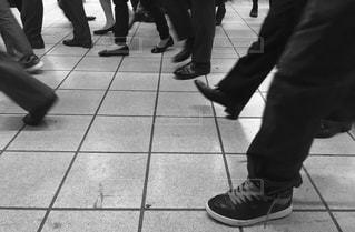 ホームを歩く足たちの写真・画像素材[897169]