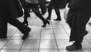 ホームを歩く足たちの写真・画像素材[897173]