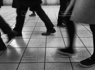 ホームを歩く足たちの写真・画像素材[902052]