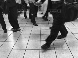 ホームを歩く足たちの写真・画像素材[902054]