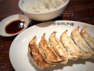 テーブルの上に食べ物のプレートの写真・画像素材[1062002]