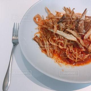 テーブルの上に食べ物のプレートの写真・画像素材[1039627]