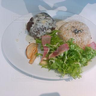 肉と野菜をトッピング白プレートの写真・画像素材[1039630]