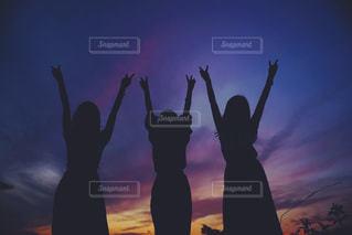 サンセット 友達 ガールフレンド シルエットの写真・画像素材[1057520]