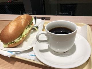 朝食のサンドイッチとコーヒーの写真・画像素材[987805]
