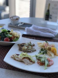 テーブルの上に食べ物のプレートの写真・画像素材[1016984]