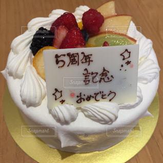 5周年記念のお祝いケーキの写真・画像素材[1147016]