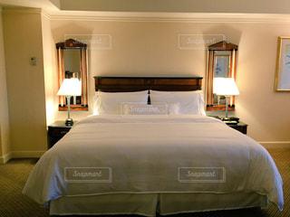 ホテルの寝室 キングベッドの写真・画像素材[1158933]