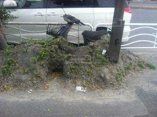 東日本大震災の液状化(東京) 埋もれるバイクの写真・画像素材[1403963]