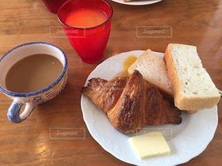 カフェでパンの朝食の写真・画像素材[1693984]