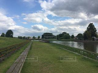 緑豊かな野原がある川の写真・画像素材[2203208]