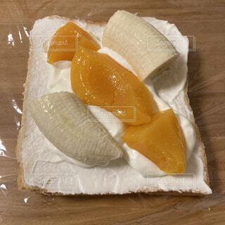 黄桃とバナナのフルーツサンドの写真・画像素材[4811108]