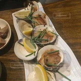 テーブルの上に食べ物のプレートの写真・画像素材[1620539]