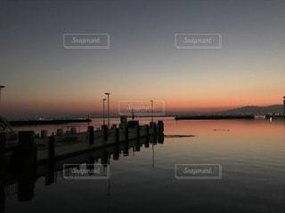 近くに水の体の横に桟橋のアップの写真・画像素材[856405]