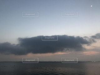 水体の上空で雲のグループの写真・画像素材[906954]