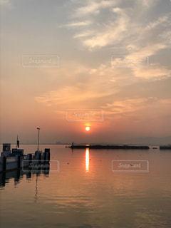 港から見た日の出の写真・画像素材[1061309]