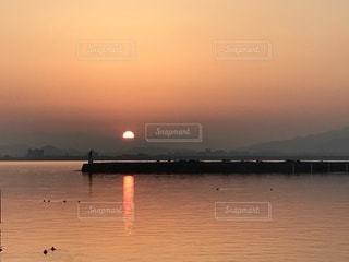 水の体に沈む夕日の写真・画像素材[1088939]