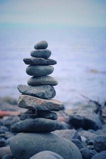 近くに海の近くの岩のアップの写真・画像素材[1150567]