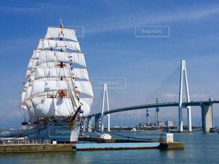 海王丸と新湊大橋の写真・画像素材[2396508]