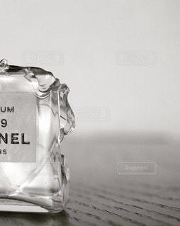 テーブルの上の水のボトルの写真・画像素材[726812]