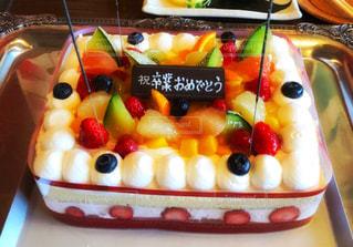 近くにケーキのアップの写真・画像素材[1762579]