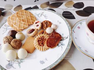 テーブルの上にクッキーとチョコレートの写真・画像素材[859565]