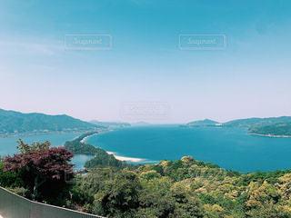山を背景にした大きな水域の写真・画像素材[2427367]