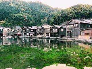 水域の隣の家の写真・画像素材[2427369]