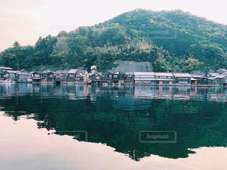山を背景にした大きな水域の写真・画像素材[2427371]