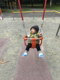 ブランコに座っている小さな子供の写真・画像素材[844324]