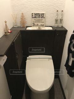 バスルームに座っている白いトイレの写真・画像素材[854282]