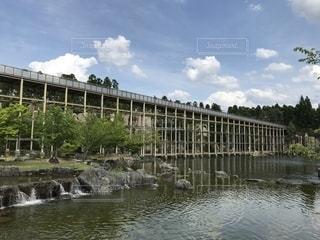 水の体に架かる橋の写真・画像素材[2136984]