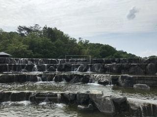 水の体に架かる橋の写真・画像素材[2136986]