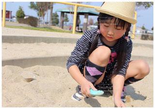 砂遊びに夢中の写真・画像素材[2161574]