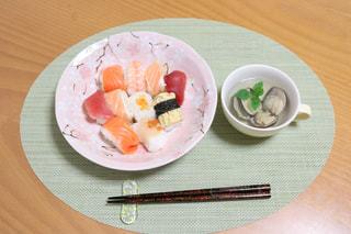 テーブルの上に食べ物のプレートの写真・画像素材[1061361]